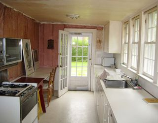 Hbx-cottage-kitchen-before-makeover-0511-de